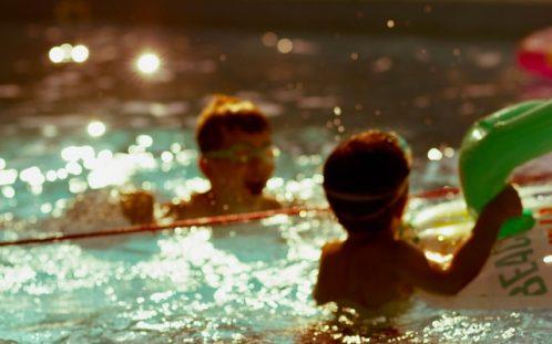 Ce să iei cu tine când mergi la piscină